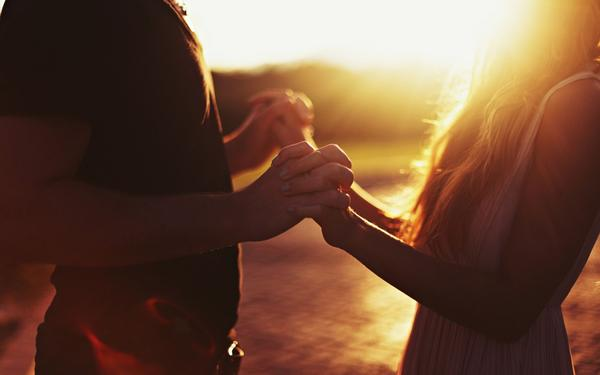 Sweet-couple-hands-together-sunset.jpg