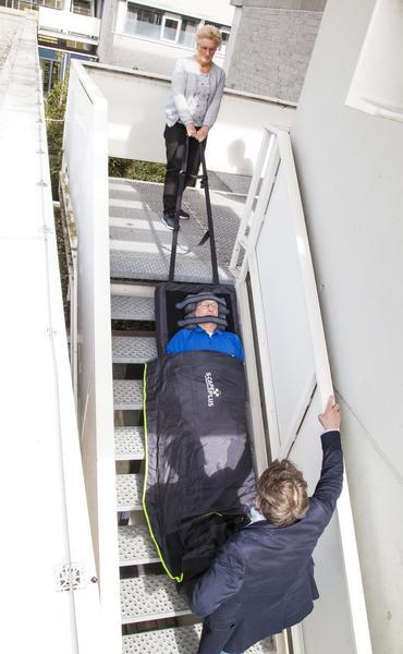 Verticaal evacueren met evacuatiematras op trap